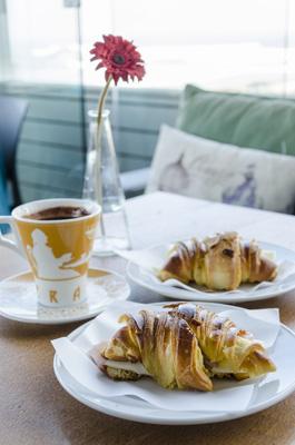 confeitaria-tavi-croissant-misto-e-chocolate-quente