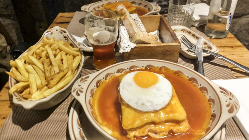 Brasão cervejaria - francesinha com ovo e batatas